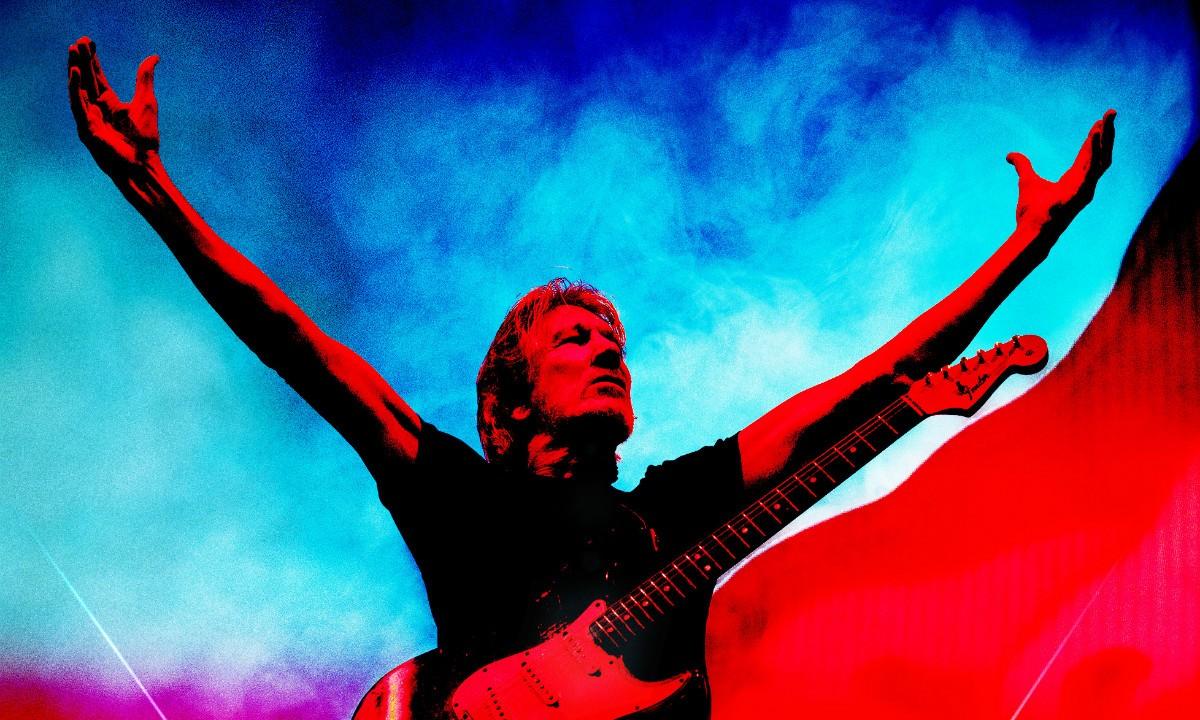 Roger Waters z uniesionymi rękami na błękitno-czerwonym tle